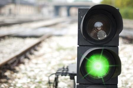 Semáforo muestra la señal roja en ferrocarril. Luz verde