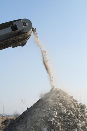 cinta transportadora: M�quina de triturar piedra. La ca�da de rocas