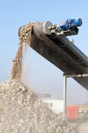 Machine voor het breken van steen. Vallende stenen