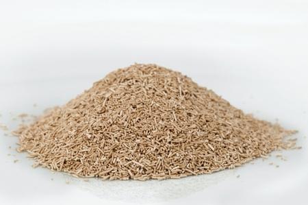 levadura: Pila pega levadura de vino en el fondo blanco