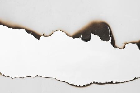 gebrannt: Verbranntem Papier und hautnah Loch