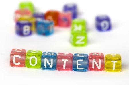 Text Content op kleurrijke houten blokjes over wit