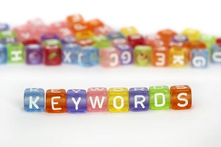 google: Palabras clave de texto en los cubos de colores en blanco. Cubos dispersos al azar en el fondo