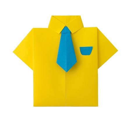 Origami geel overhemd met stropdas. Wit geïsoleerd Stockfoto