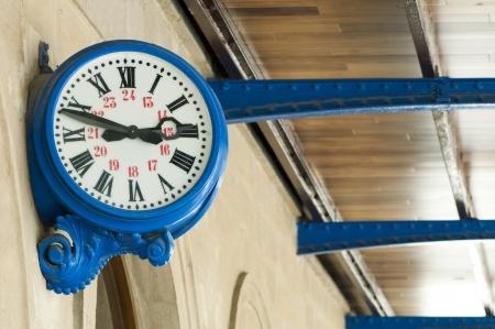 reloj antiguo: Antiguo reloj externo azul en la estación de tren Foto de archivo