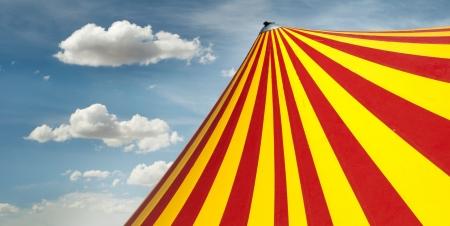clown cirque: Rouge et jaune du cirque d�me Banque d'images