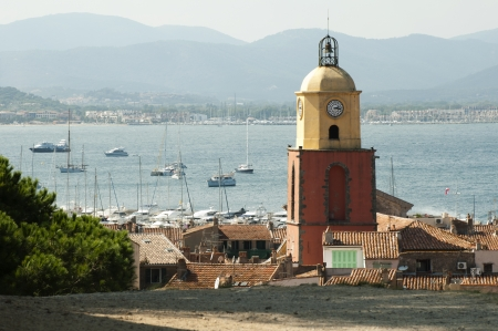 Clock Tower in St Tropez und alten Gebäuden im Ort. Lizenzfreie Bilder