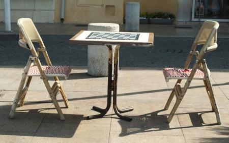 Mesa y sillas para el ajedrez en la rosas Foto de archivo - 16066932