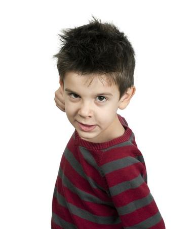 Kleine jongen dreigt met een vuist op witte geïsoleerde vechten Stockfoto