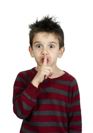 Kleiner Junge zeigt silence symbol