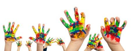 Die Hände von Kindern bemalt mit bunten Farben. White isolated Standard-Bild