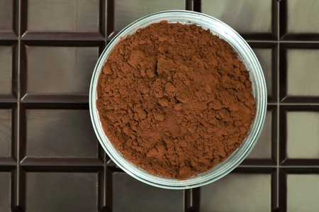 cikolata: Chocolate bar and cocoa powder in bowl