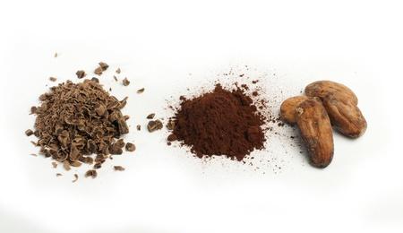 cikolata: Cocoa beans, cocoa powder and grated chocolate white isolated