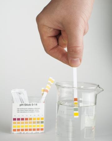 Lackmus Streifen zur Messung von acidity.Beaker mit Wasser