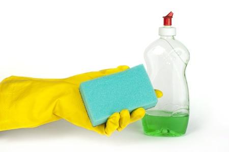 hand held: Tenuto in mano spugna per lavare i piatti e detersivo. Bianco isolato