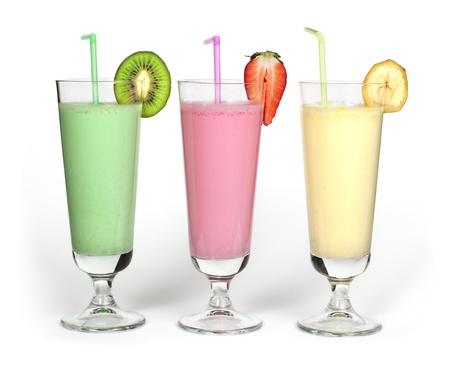 Banaan, kiwi en aardbei milkshake en verse fruis. Cocktail met melk. Witte geïsoleerde glas milkshake.