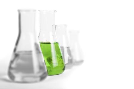 Cristalería de laboratorio equipo. Vasos de laboratorio lleno de colores sustancias líquidas
