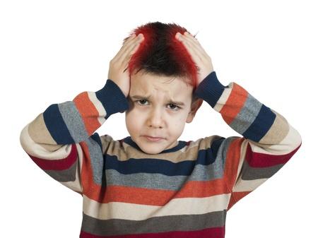 male headache: Ni�o tiene dolor de cabeza. Blanco foto de estudio aislado