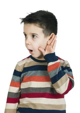 Kind luisteren met oor. Witte geïsoleerde studio-opname