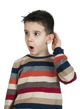 expresion corporal: Ni�o que escucha con el o�do. Blanco foto de estudio aislado