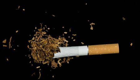 Cigarrillo arrugado y tabaco Foto de archivo - 19660686
