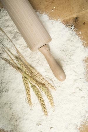 Pile de farine, rouleau à pâtisserie et de blé plantes Banque d'images - 20498184