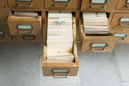 Oude archief met houten laden Stockfoto
