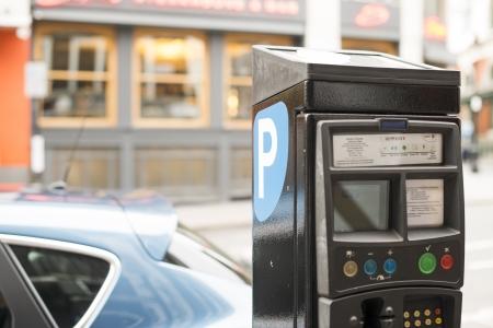 Betaald parkeren ruimte en betaalautomaat Stockfoto