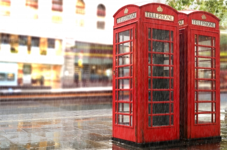 Red Phone cabines in London.Rainy day. Vintage phone cabine monumental 스톡 콘텐츠