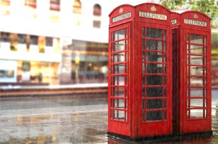 Rode telefoon cabines in London.Rainy dag. Uitstekende telefoon cabine monumentale