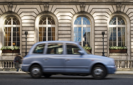 taxista: Taxi Vintage en marcha en Londres. Editorial