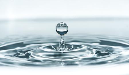 水にドロップします。青い水滴マクロ撮影