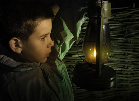 niños caminando: Paseo del niño en la oscuridad con la linterna de gas Foto de archivo