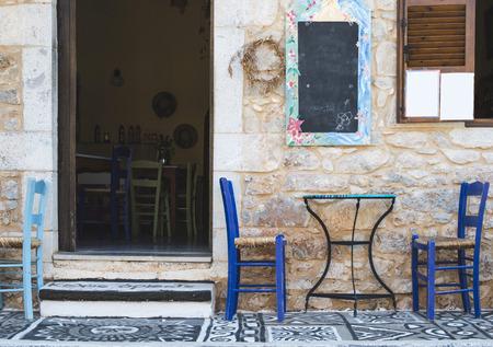 典型的なギリシャ料理のレストラン。ギリシャ、マニ 写真素材