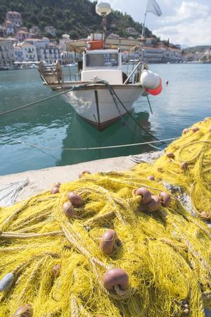 medias de red: Medias de red en el barco de pescado. Net amarillo. Grecia, Gythio Foto de archivo