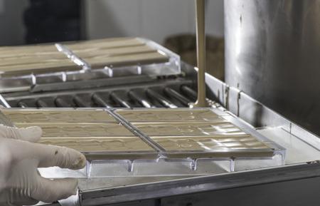 Fábrica de chocolate. Haciendo barra de chocolate