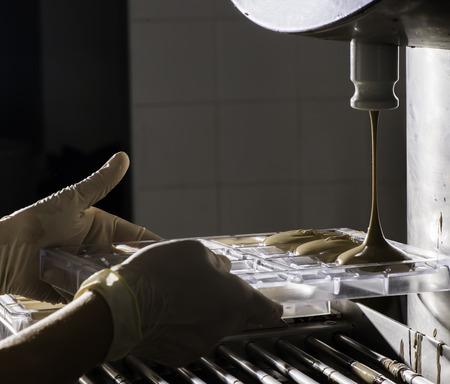 chocolatería: Fábrica de chocolate. Haciendo barra de chocolate