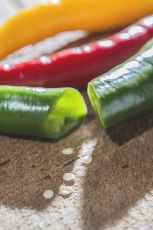chiles picantes: Chiles en la tabla de cortar de madera de la cocina Foto de archivo