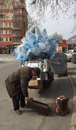 recoger: Hobo recoger residuos para su reciclaje