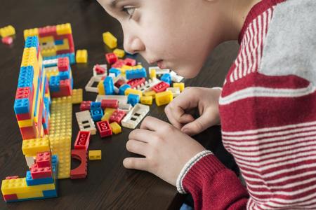 子供子供のプラスチック製のコンス トラクターのおもちゃで遊ぶ