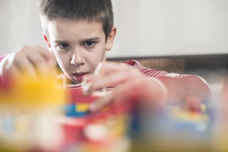 construccion: Juego de ni�os con los juguetes del constructor de pl�stico para ni�os