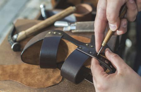 chaussure: Fabrication de chaussures manuel. Sandales en cuir Banque d'images