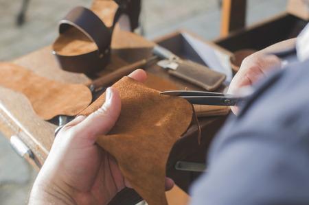 craftsman: Manos que hacen zapatos. Zapatero Foto de archivo