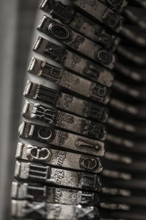maquina de escribir: letras de metal en la máquina de escribir. Cerca de macro