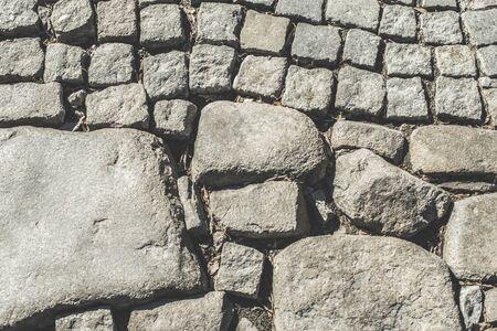 empedrado: Antigua carretera pavimentada y piedras grandes