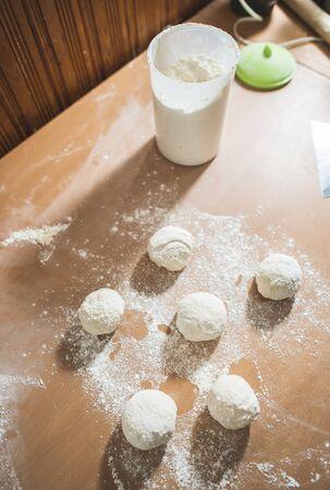 haciendo pan: Hacer pan en una cocina. Bolas de masa Foto de archivo