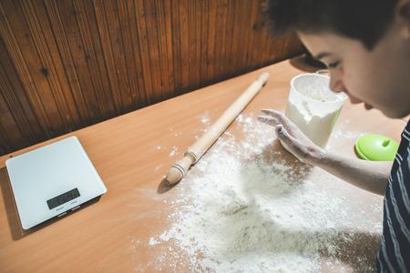 haciendo pan: Hacer pan en una cocina. Niño a hacer pan. Bolas de masa