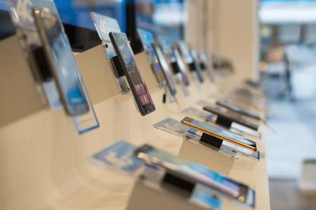Los teléfonos inteligentes en una tienda. Comprar teléfonos inteligentes. tienda de Telecomunicaciones. Escaparate con los teléfonos