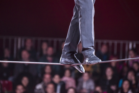 Een man loopt in een touw in een circus.