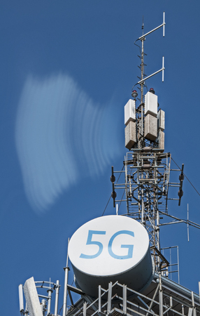 5G antennas and GSM transmitters. Concept for high speed 5G internet. Banque d'images